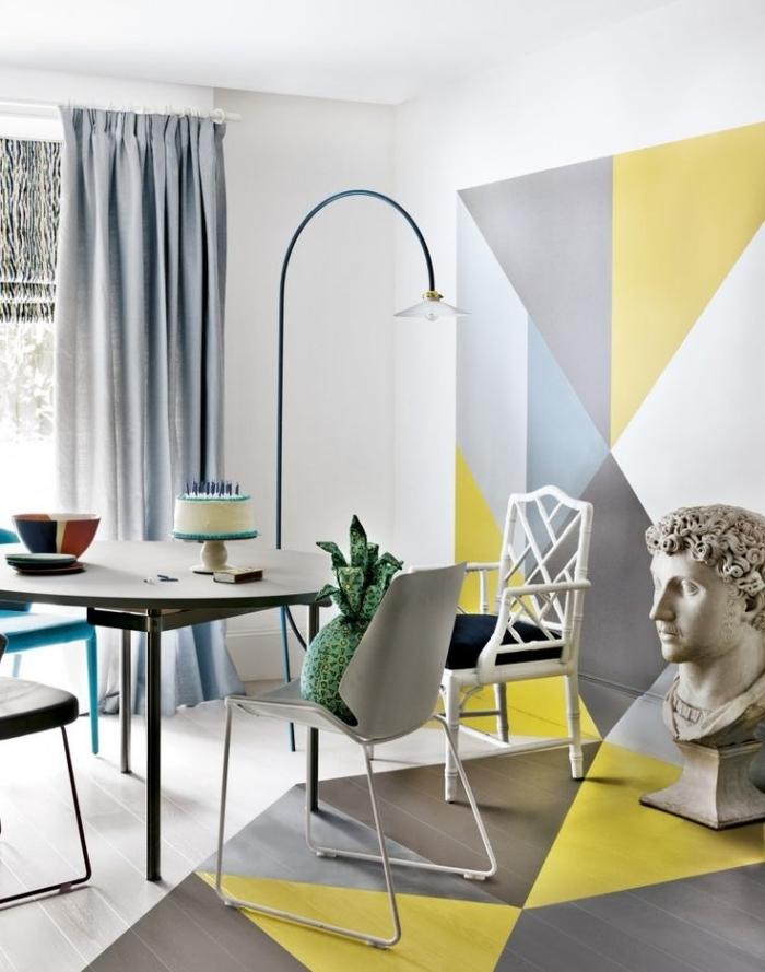 décoration intérieure tendance peinture géométrique chaise blanche lampe sur pied rideaux gris table noire peinture couleurs