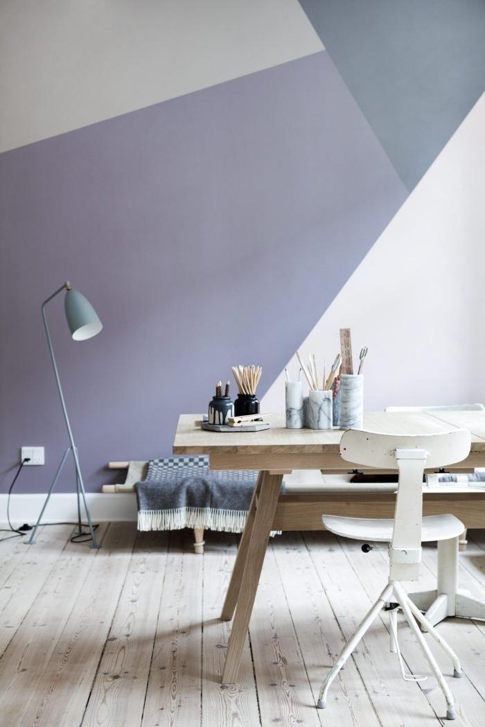décoration studio meubles blancs peinture triangle motifs géométriques nuances violet lampe sur pied vert pastel