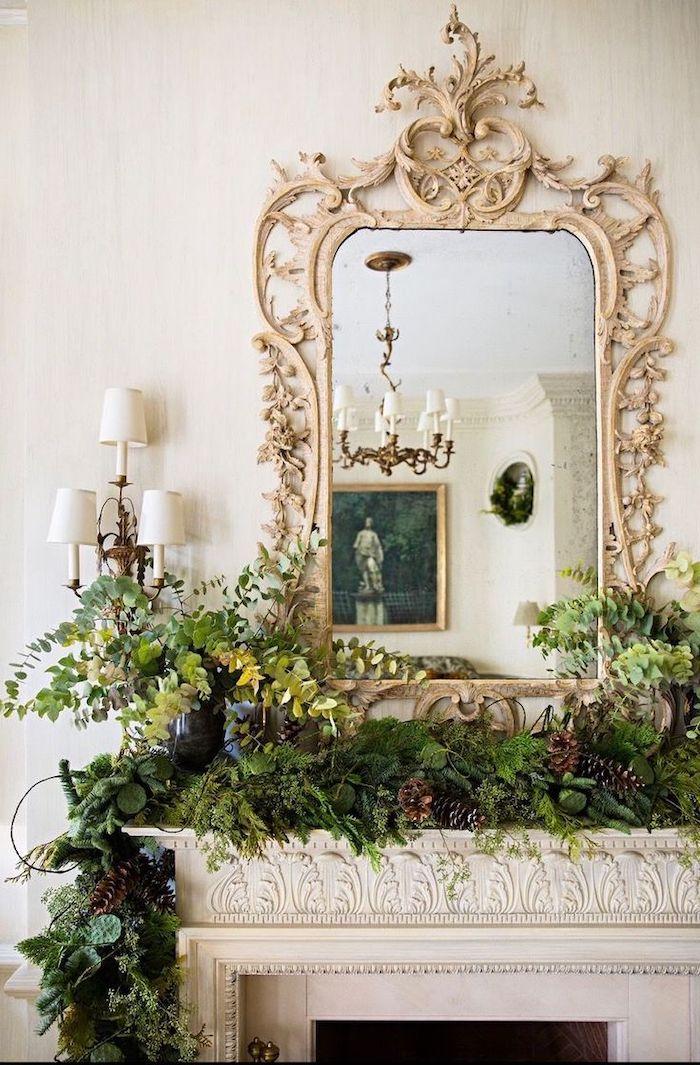 déco cheminée noel un miroir orne au dessus qui superpose un guirlande en verdure abondante