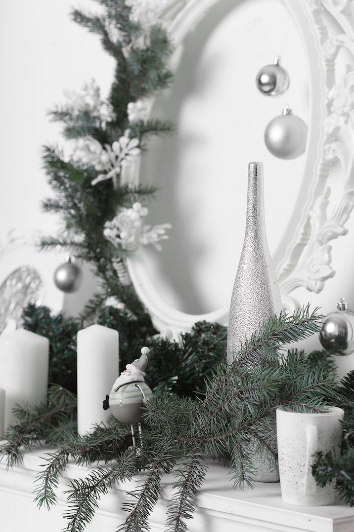 décoration de noel sur le manteau de la cheminée en erentine avec)des)branches de sapin