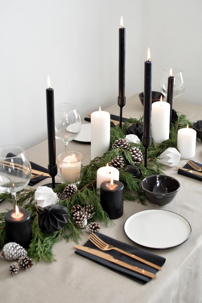 deco de table pour noel fait maison bougie noire centre table nature avec branches de sapin pommes de pin fausse neige
