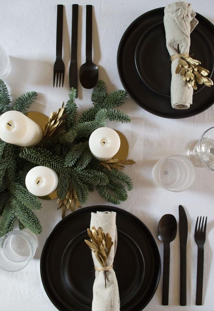 deco de table pour noel fait maison thème blanc et noir accents verts natures branches verdure bougies blanches
