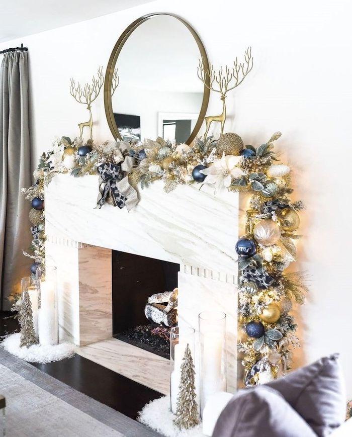 deco noel cheminée avec des petits cerfs decoratifs et une guirlande en jouettes et branches thematique