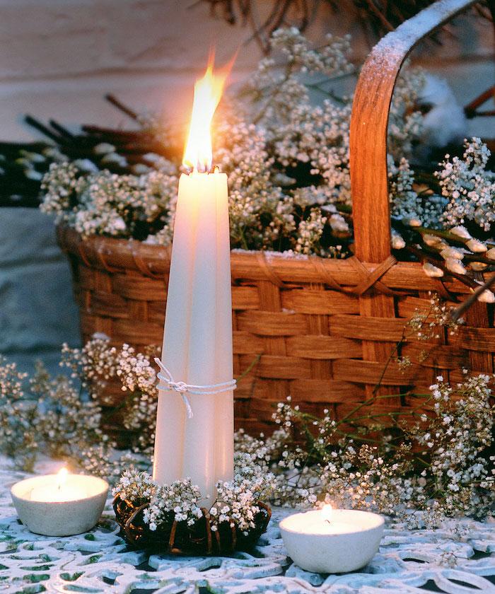 deco noel pas cher avec un panier rempli de gypsophilie avec trois bougies a cote decoration de table