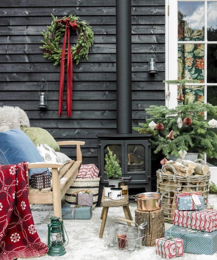 deco noel pas cher dcorer votre espace devant maison avec une couronne verte au mur des cadeaux decoratifs et une cheminee au fons