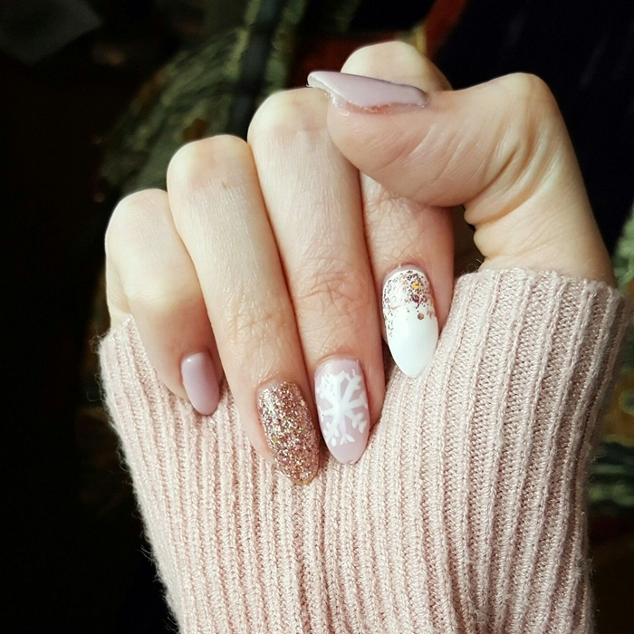 deco ongle en gel pull over couleur nude vernis de base rose pastel ongles blancs décoration vernis pailleté glitter