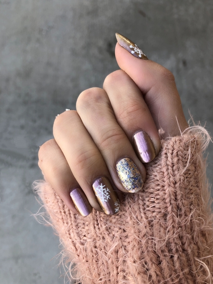 deco ongles gel effet métallique couleur de base tendance manucure pull over couleur nude dessin flocon de neige