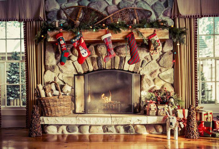 deco salon noel avec des chaussettes et des des cadeaux en paquettes a cote