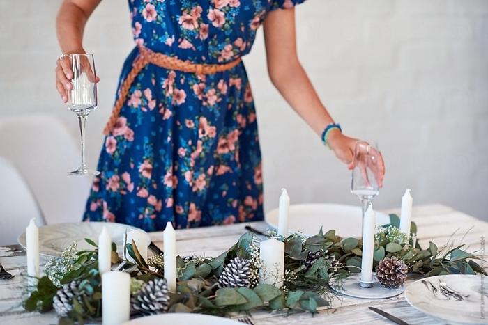 deco table noel a fabriquer centre de table bougies et verdure verres assiettes blanches table bois blanc déco nature
