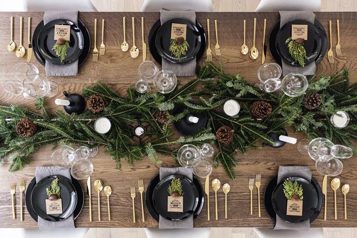 decoration centre de table noel en branches de sapin bougies blanches table bois fonce materiaux naturels