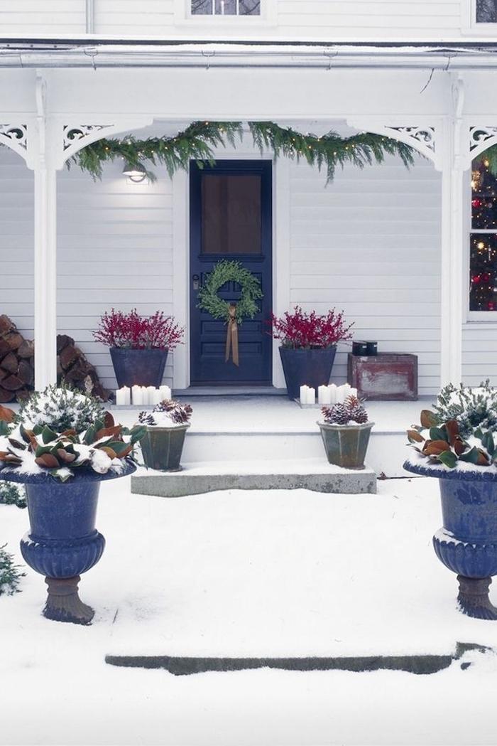 decoration de noel americaine avec des palntes vertes des pots a fleurs des deux cotes de l allee de l entree