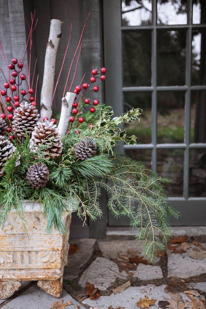 decoration de noel extérieure une idee orignale pour l espace devant la porte d entree des cones de pin et es verdure
