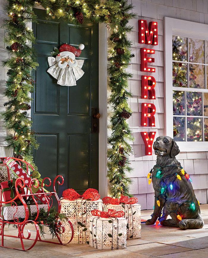 decoration de noel exterieure lumineuse avec un chien decoratif un traineau a cote et des boites de cadeaux