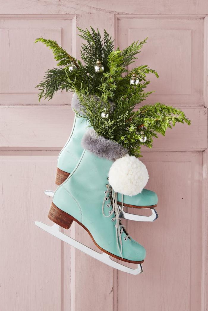 decoration de noel pas cher a l aide des patines remplies des branches et de la verdure decoration pour pendre au mur