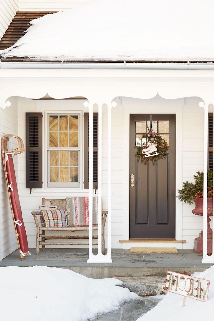 decoration de noel pas cher avec des patines accroches a la porte une luge addossee au mur et une banquette en bois