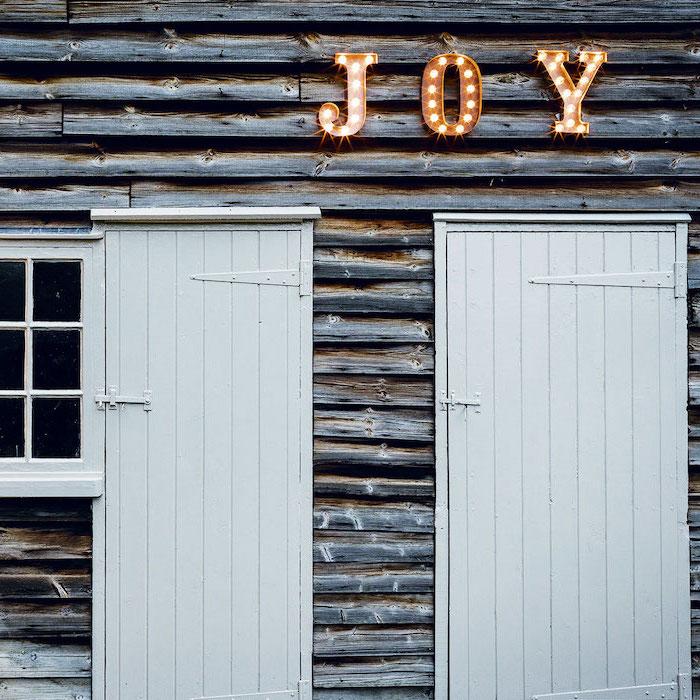 decoration lumineuse noel un message fait des letteres lumineuses pendu au dessus de la porte d entree