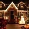 decoration lumineuse noel une grane maison bordure des lampes un sapin lumineux dans le cour