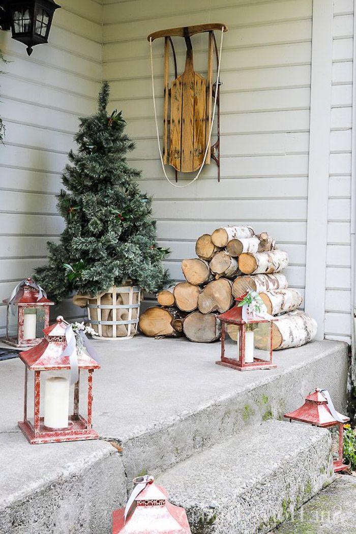 decoration minimaliste avec des bois lanternes avec bougies en dedans et un petit sapin sans lumieres