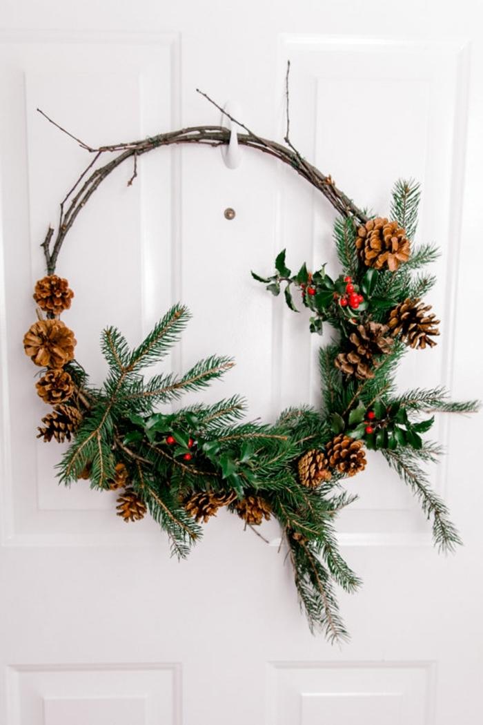 decorations de noel a faire soi meme porte entrée blanche diy couronne de noel branches séchées pommes de pin