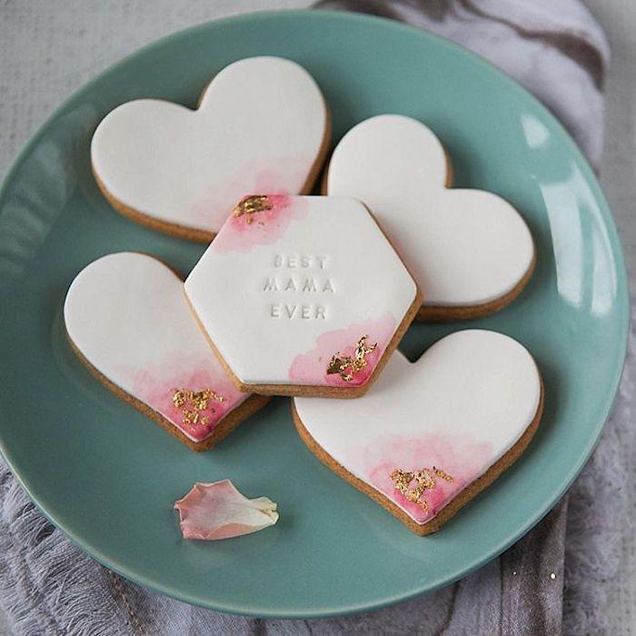des biscuits personnalisees avec une glace blanche et formes differentes dans une assiette verte cadeau anniversaire original