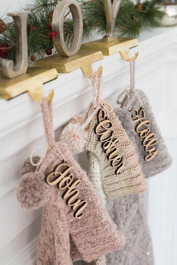 des chaussettes de noel triotes fait a la main suspendus sur la cheminée