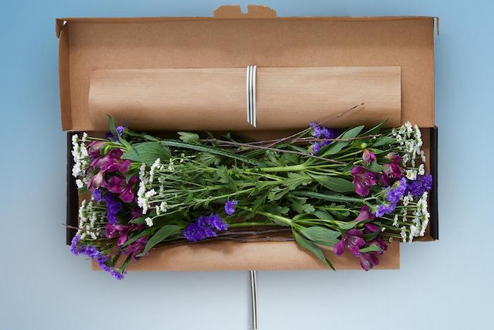 des fleurs a envoyer dans la boite a lettres avec un paquet en papier cadeau anniversaire originale pour confinement