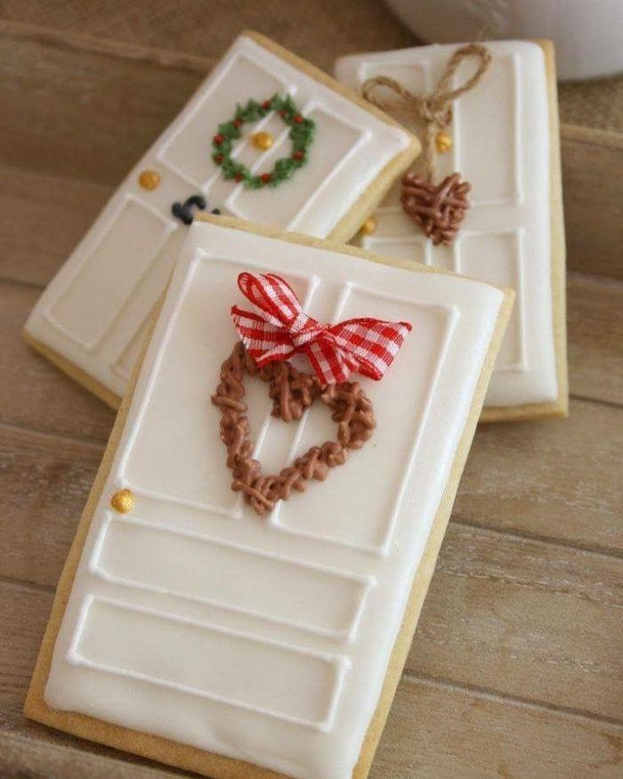 des portes comestibles pour un maison en pain d épices de noel avec des petits decorations courronnes