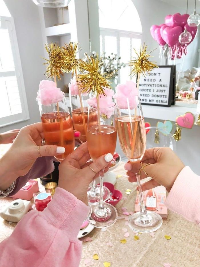 des verres au champagne entre amies des ballons roses comment celebrer son anniversaire en confinement