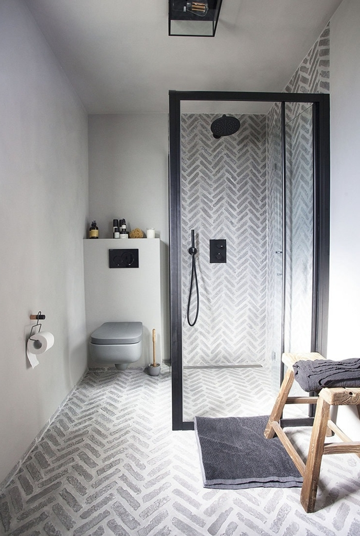design intérieur minimaliste carrelage motifs géométriques blanc et gris petite salle d eau douche cuvette wc suspendue grise