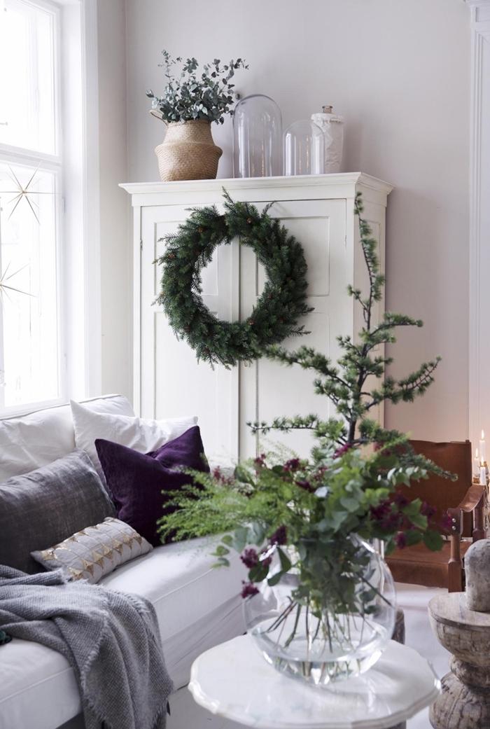 design intérieur minimaliste garde robe blanche canapé coussins décoratifs deco noel maison couronne noel diy déco de Noël nature