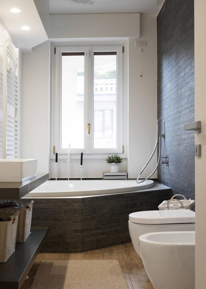 design intérieur style moderne revêtement mural carrelage effet pierre salle de bain baignoire et douche