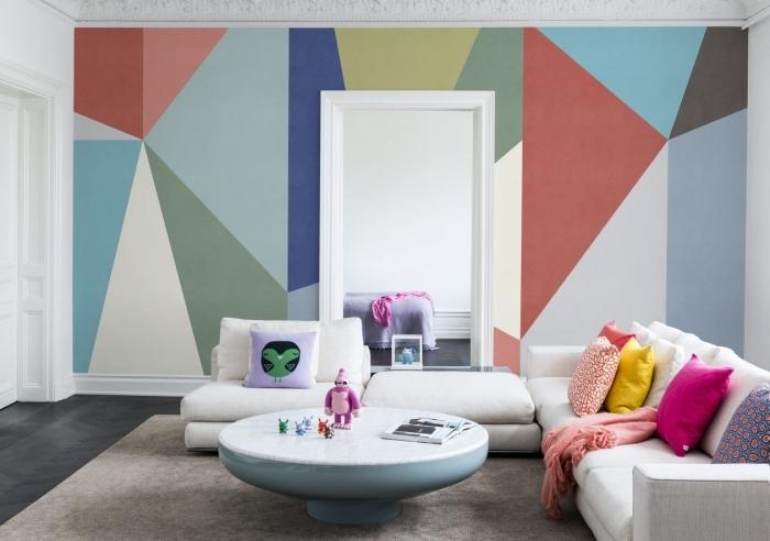 design intérieur tendance peinture géométrique salon mur accent canapé d angle blanc coussins décoratifs table basse ronde