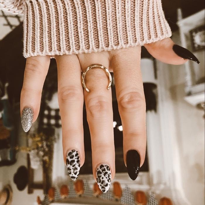 dessin sur ongle facile motifs léopard dessin simple animalier sur ongle vernis à ongle argenté bijou or pull over beige