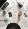document necessaire pour voyager camera lunettes de soleil laptop mac tasse du cafe