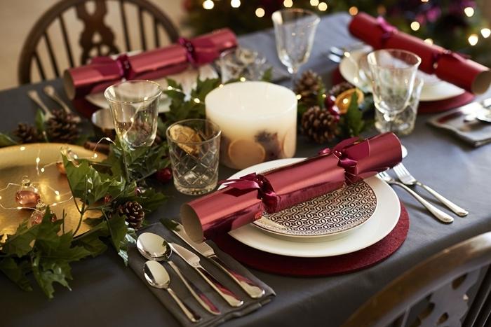 emballage cadeau de table noel rouge assiette ronde blanche plateau or verre bougies fruits séchés pomme de pin