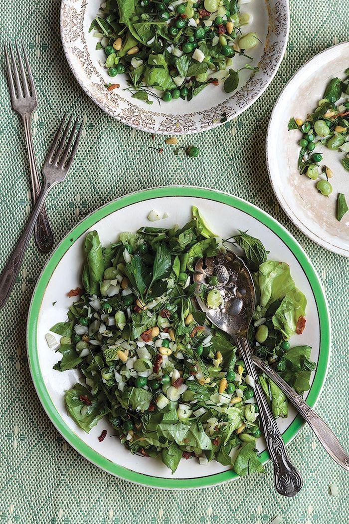 entré d hiver dfaicle avec des salades vertes et des céréales servie sur une nappe en raies avec couverts argentines