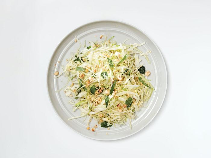 entrée d hiver avec des germes et des noix une salade saine