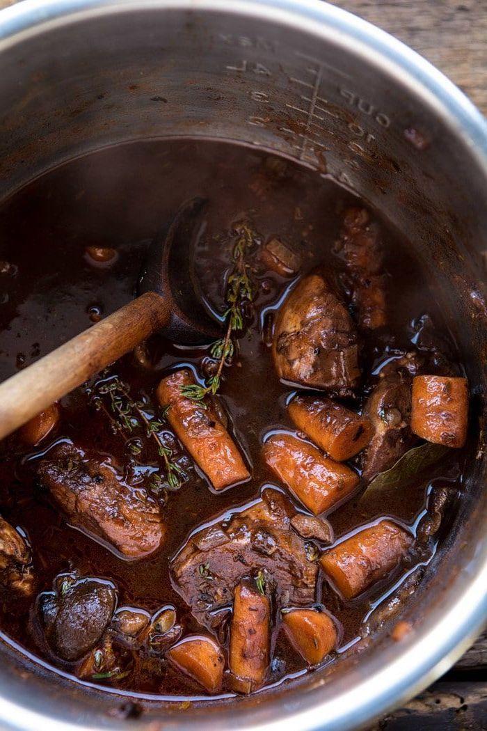 entree gastronomique avec des legumes et de viande recette de coq au vin instantane