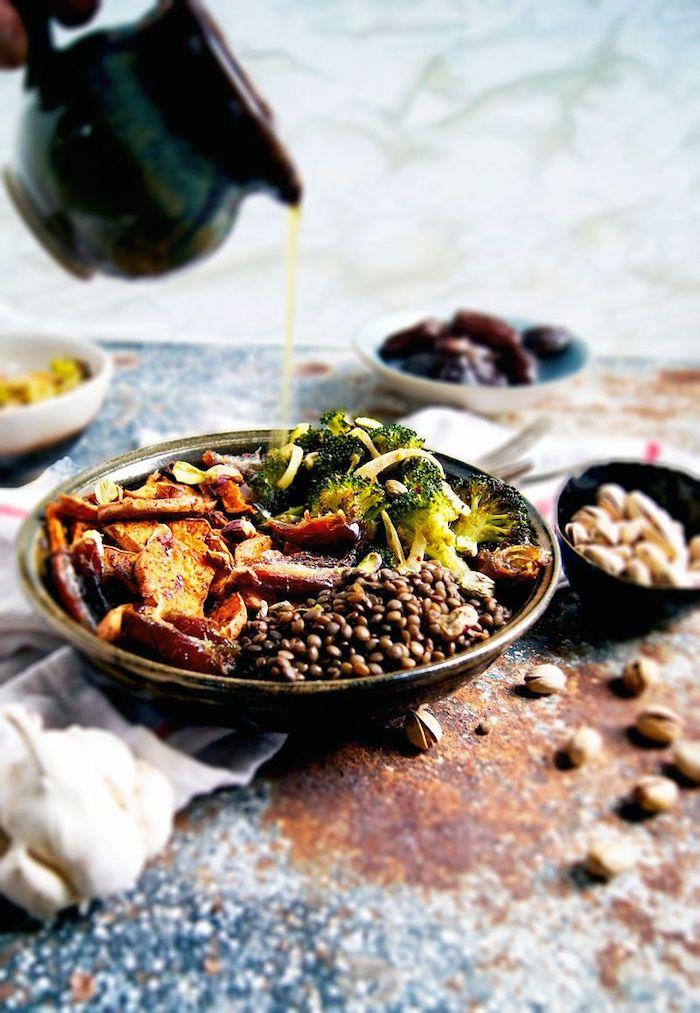 entree gastronomique avec des lentilles et des broccolis arrossees abondanement d huile d olives