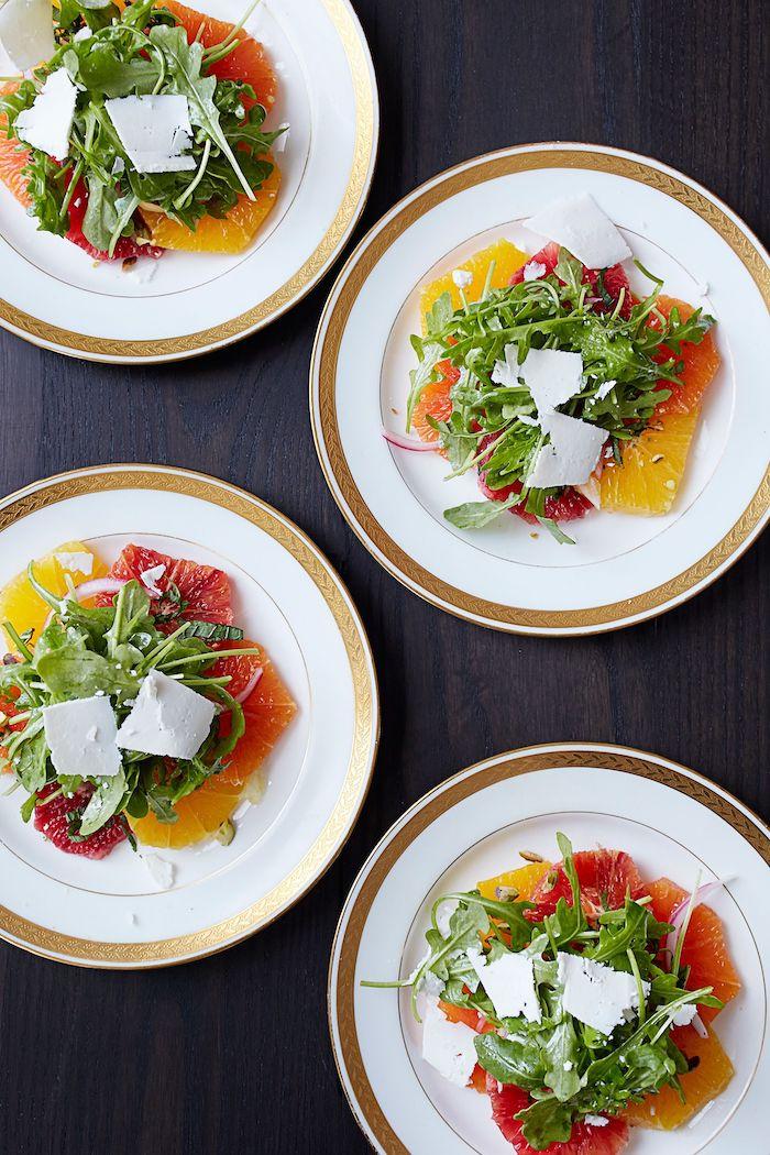 entree simple et raffine avec des salades vertes de roquette et pamplemousse