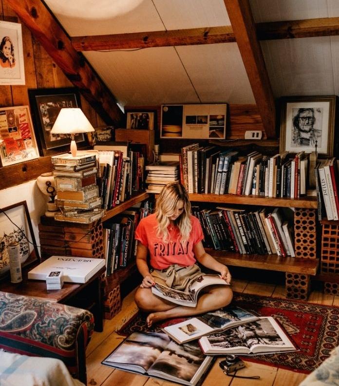 espace lecture ocooning sous pente idée coin de lecture cosy en étagères de bois montées ensemble