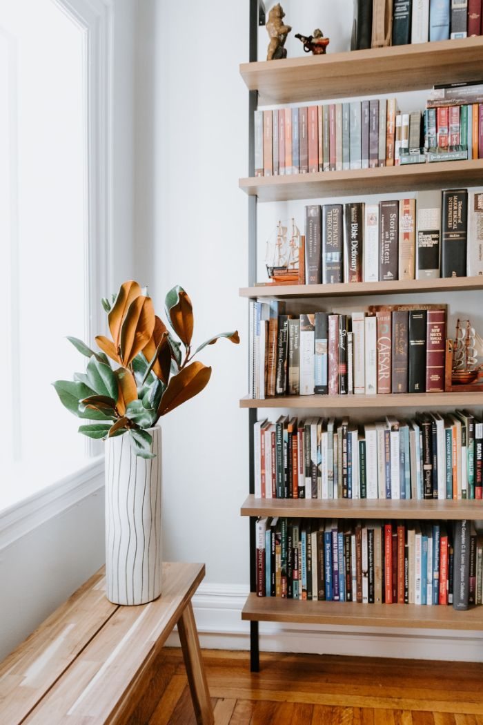 exemple bibliothèque design en bois et métal avec des pied tuyaux industriels etagere gain de place, choix bibliothèque contemporaine