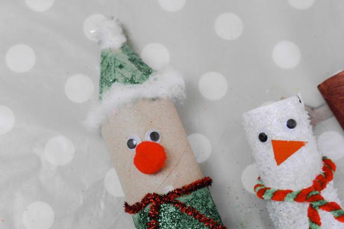 exemple bricolage avec rouleau de papier toilette elf vert pailleté avec nez rouge et des yeux mobiles