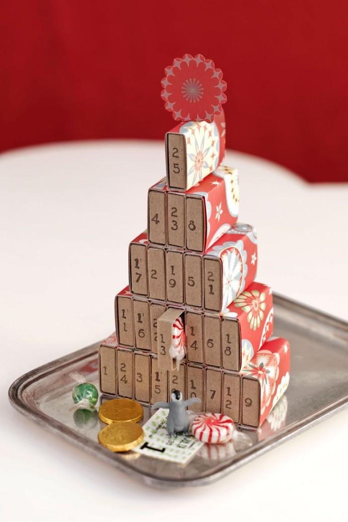 exemple de calendrier de l avent fabriqué avec des boites d allumettes dotés de chiffres et des surprises figurines et bonbons à l intérieur