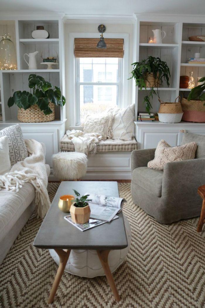 exemple de coin lecture cocooning fenêtre en coussins décoratifs tricot paniers de rangement et plantes plaid tapis tressé