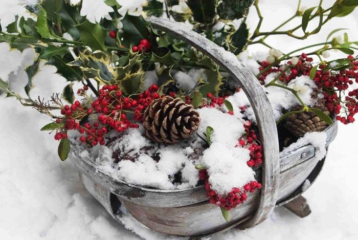 extérieure décoration de noel à fabriquer gratuit basket bois vintage branches de sapin baie rouge pommes de pin