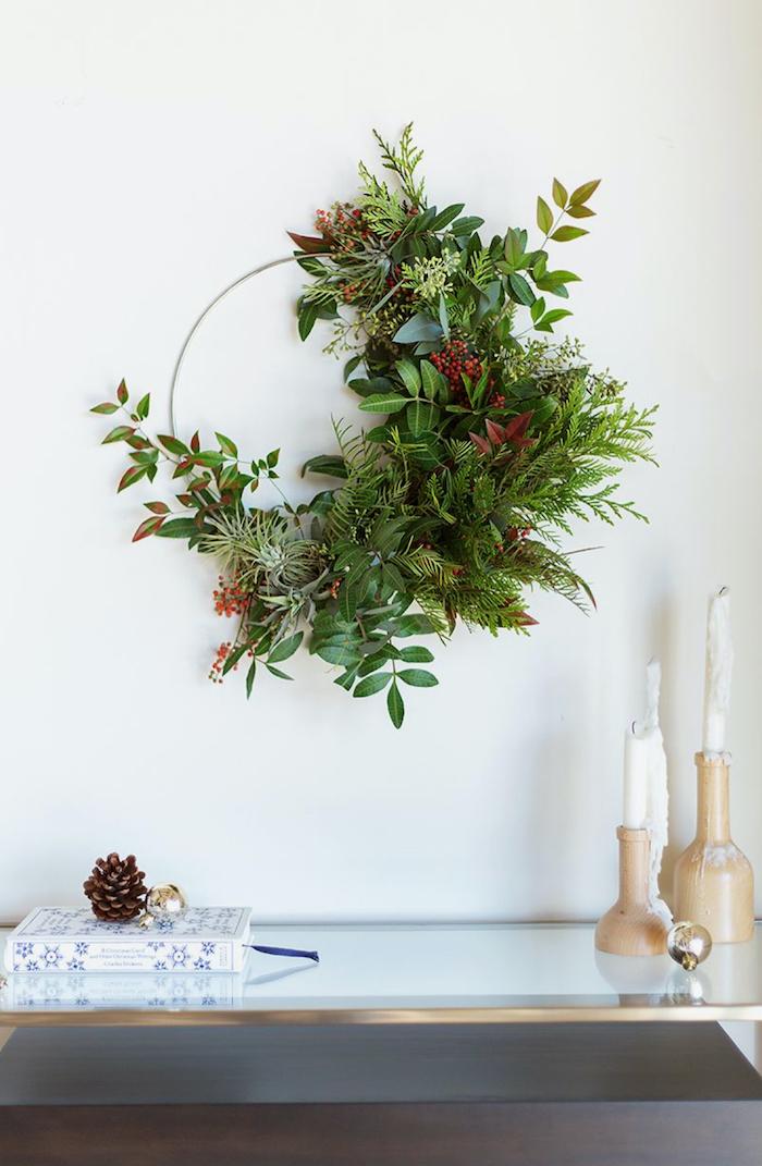 fabriquer deco de noel pas chere une couronne a branches vertes et des fruits rouges idee facile