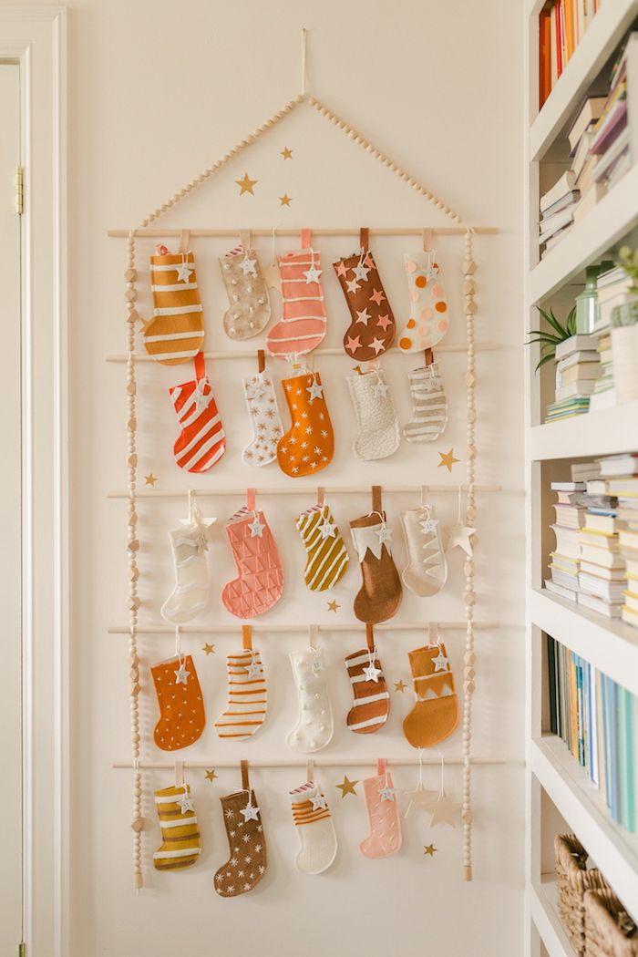 fabriquer un calendrier de l avent facilement avec des chaussons de feutrine accrochés sur échelle suspendue sur un mur