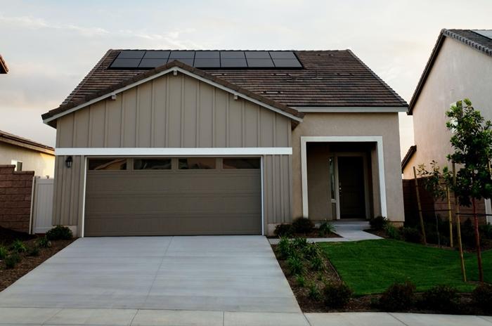 facade maison blanche panneux solaire travaux de renovation energetique economies geste eco friendly