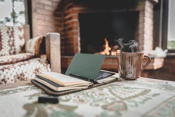 facture energie astuces comment reduire les frais consommation chauffage interieur cheminee feu boisson chaude carnet